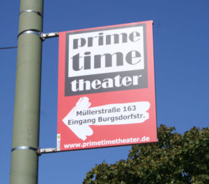 Laternenwerbung von Prime Time Theater