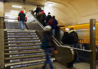 Treppe mit werbung von Bench
