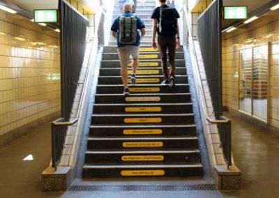 Treppe mit Werbung von Nordkurs