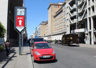 Stadtuhr mit werbung von KFC