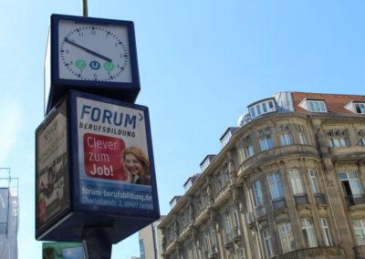 Stadtuhr mit werbung von Forum